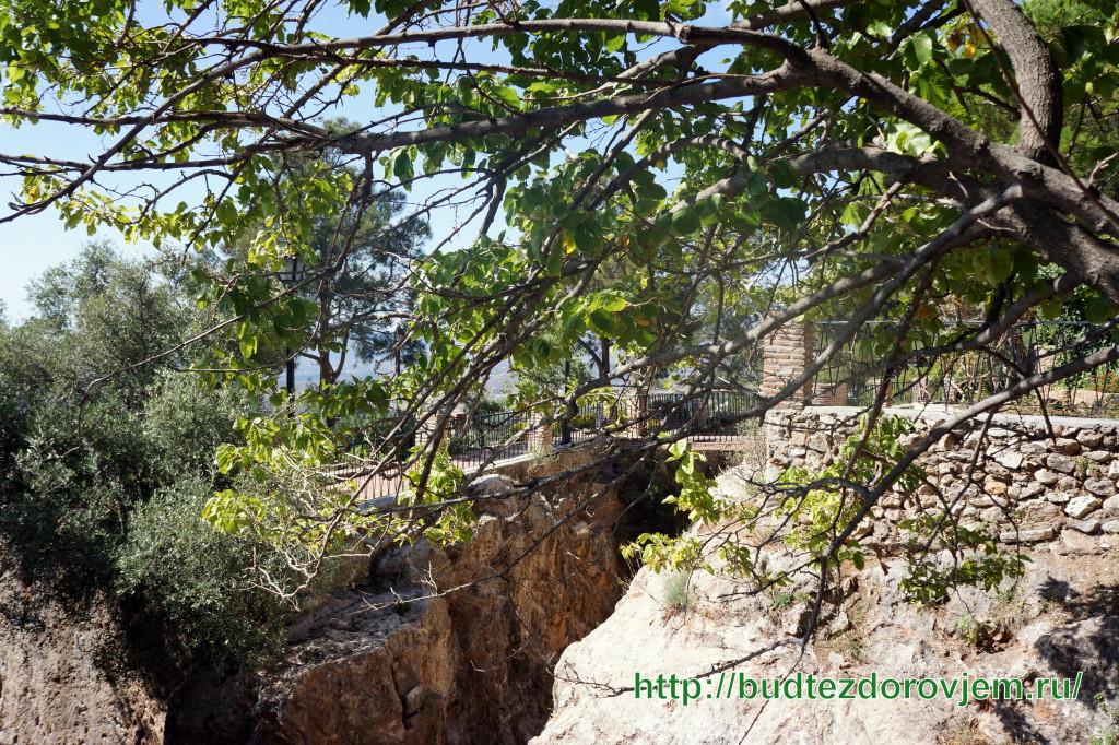 Мостик через расщелину в парке