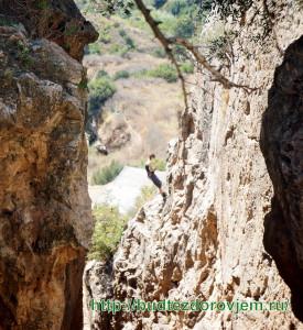 Тренировки альпинистов в расщелине