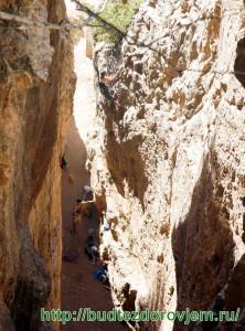 В расщелине