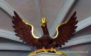 Верхнюю часть органа венчает фигура царственного орла